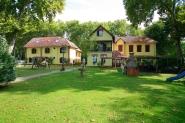 Balatonföldváron, vízparti jellegű üdülőépület saját stéggel eladó